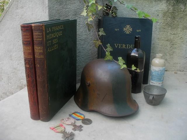 Le casque lourd Allemand(Stahlhelm), quelques décorations et livres...
