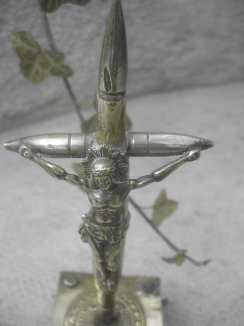Un crucifix constitué de balles: le paradoxe du sang et des principes de la religion.