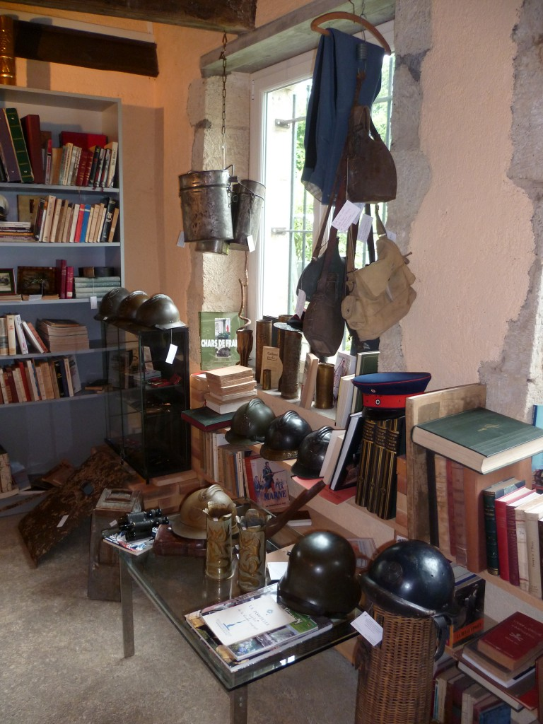 Quelques casques français et nombreux ouvrages.