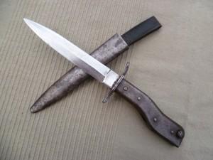 Couteau de tranchée DEMAG et son fourreau en tôle.